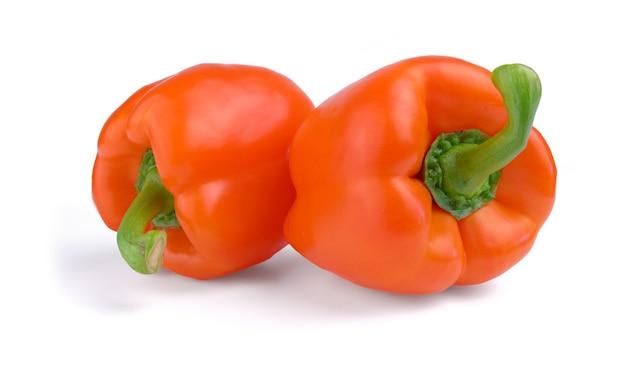 Deux poivrons rouges isolés
