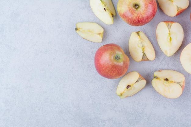Deux pommes entières avec des tranches sur fond blanc. photo de haute qualité