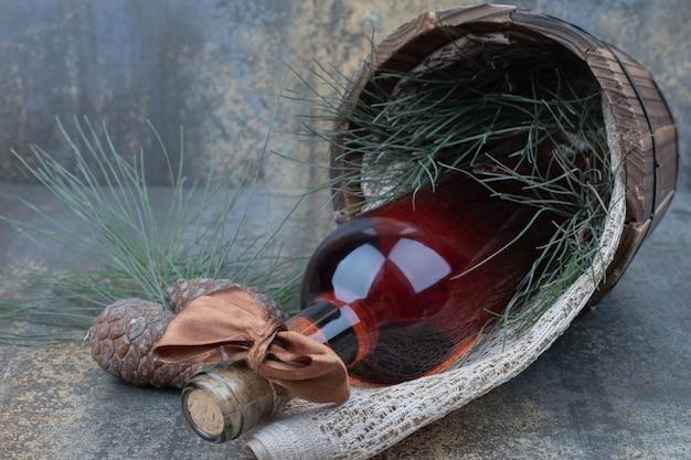 Deux pommes de pin avec une bouteille de vin sur fond de marbre. photo de haute qualité