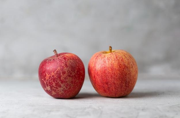 Deux pommes rouges sur une verticale verte