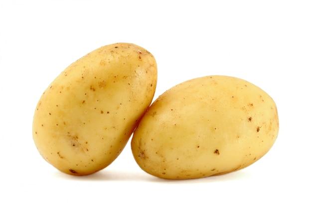 Deux pommes de terre fraîches isolés sur blanc