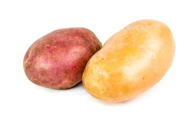Deux pommes de terre rouges et blanches.