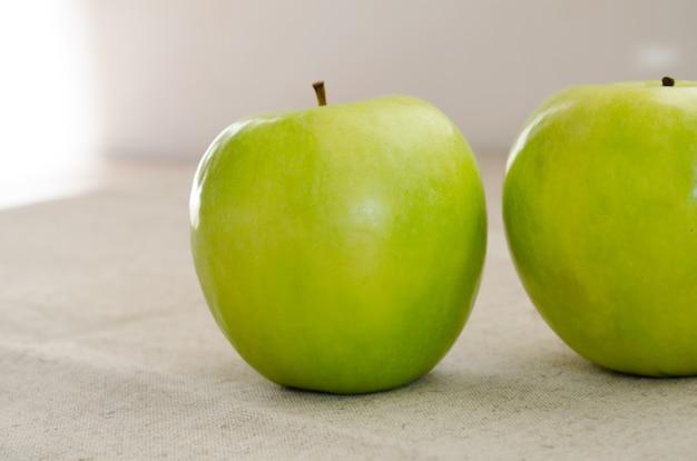 Deux pommes vertes macro clouse-up
