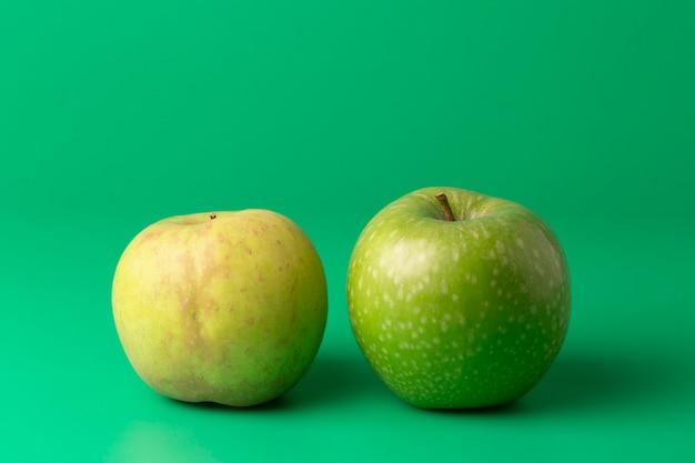Deux pommes vertes sur une verticale verte