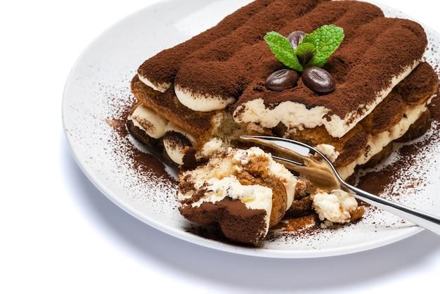 Deux portions de dessert tiramisu classique sur plaque en céramique sur fond de béton ou table