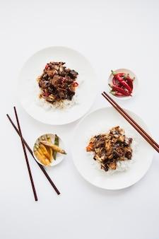 Deux portions de nourriture asiatique