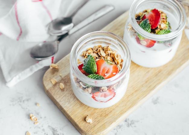 Deux pots de parfaits savoureux faits de granola