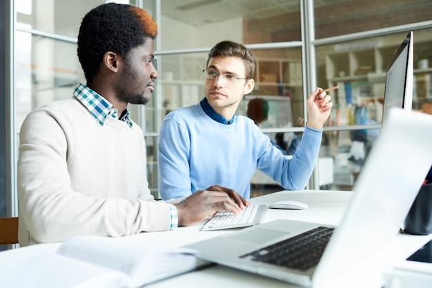 Deux programmeurs informatiques travaillant au bureau