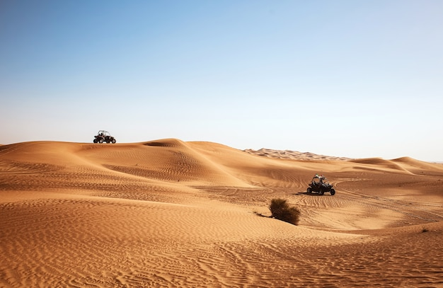 Deux quads buggy équitation au paysage désertique, safari dubaï al awir