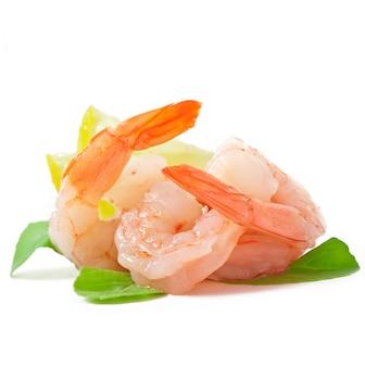 Deux queues de crevettes au citron frais et romarin sur le blanc