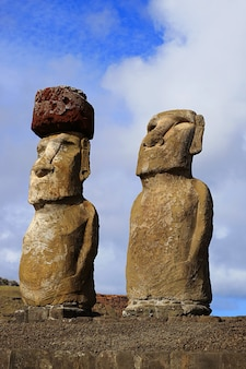 Deux des quinze statues moai d'ahu tongariki, plate-forme de cérémonie, l'île de pâques, chili