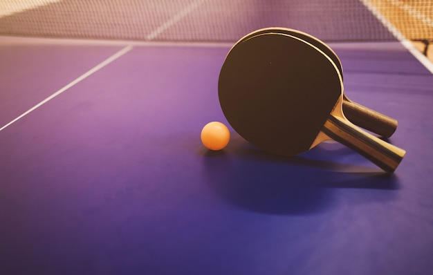 Deux raquettes de tennis de table ou de ping-pong