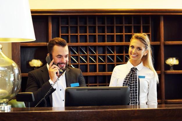 Deux réceptionnistes au travail