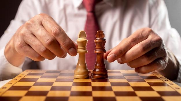 Deux rois différents sur l'échiquier dans les mains des hommes