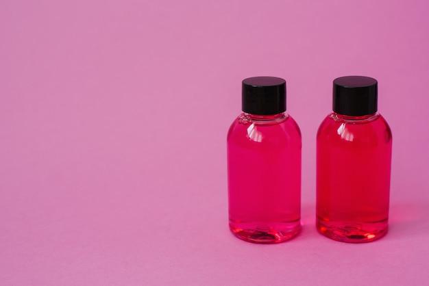 Deux roses pour les cosmétiques de soin du corps, du visage ou des cheveux