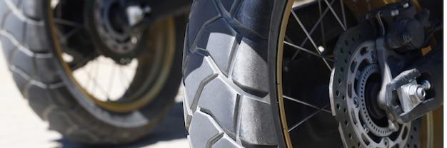 Deux roues arrière d'une moto avec disques de frein libre