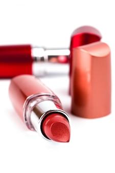 Deux rouges à lèvres isolés sur fond blanc