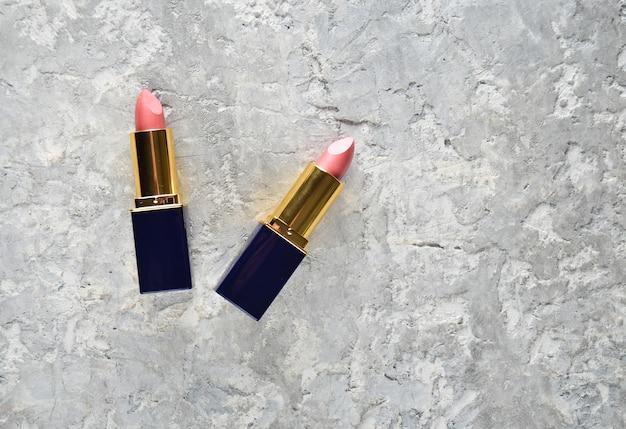 Deux rouges à lèvres roses.