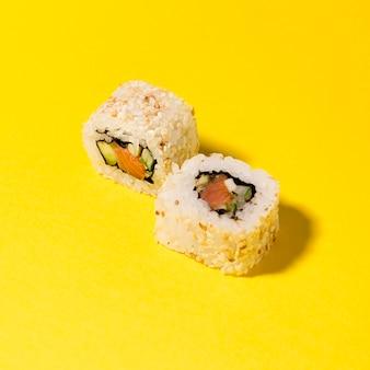 Deux rouleaux de sushi sur table