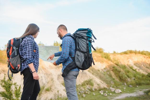 Deux routards profitant d'une vue sur la nature lors d'une randonnée dans le parc national