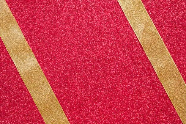 Deux rubans parallèles sur fond rouge