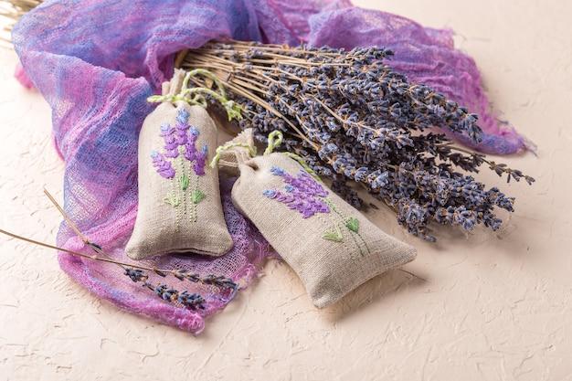 Deux sachets brodés aromatiques remplis de lavande séchée et d'un bouquet de lavande sèche