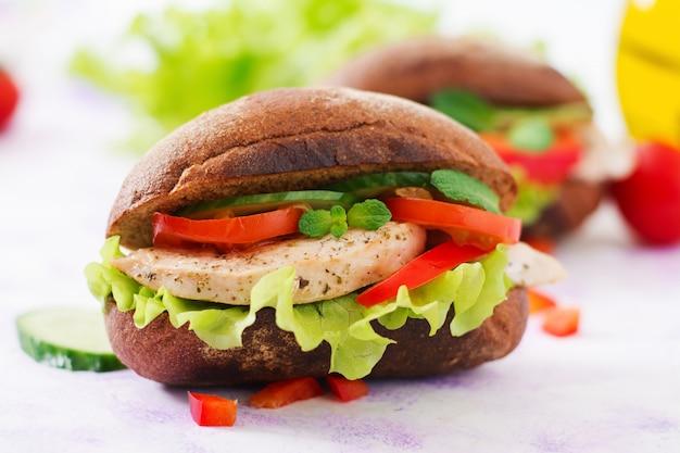 Deux sandwichs délicieux et sains avec du poulet et des légumes.