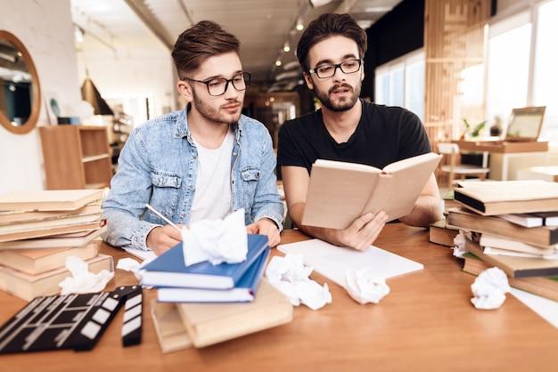 Deux scénaristes concentrés travaillant ensemble