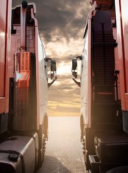 Deux semi-camions de stationnement au coucher du soleil sky industry transport de camions de fret et logistique