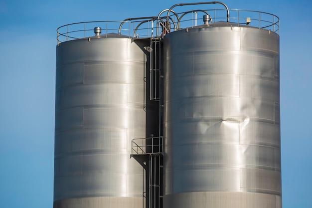 Deux silos en acier inoxydable dans l'industrie chimique endommagent le joint de soudure en ruine.