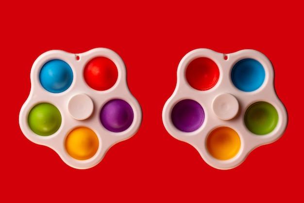 Deux simples spinner à fossettes sur fond rouge. éclate-le.