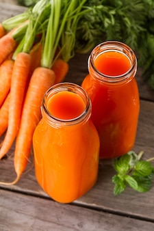 Deux smoothies de carottes naturelles