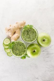 Deux smoothies verts au concombre
