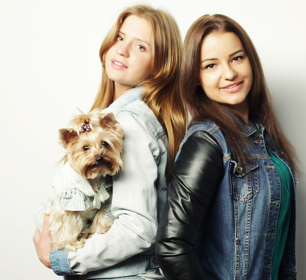 Deux soeurs adolescentes avec yorkshire terrier