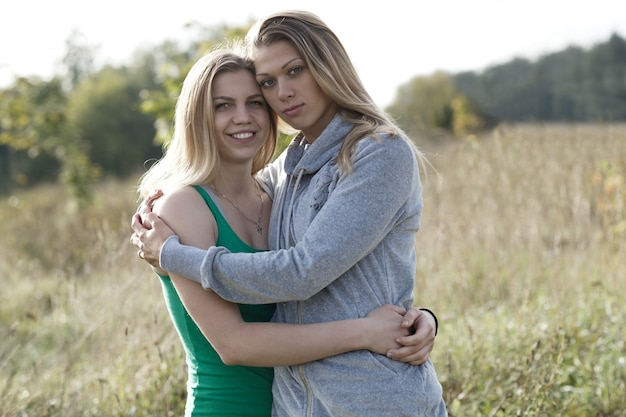 Deux soeurs aimantes se réconfortant