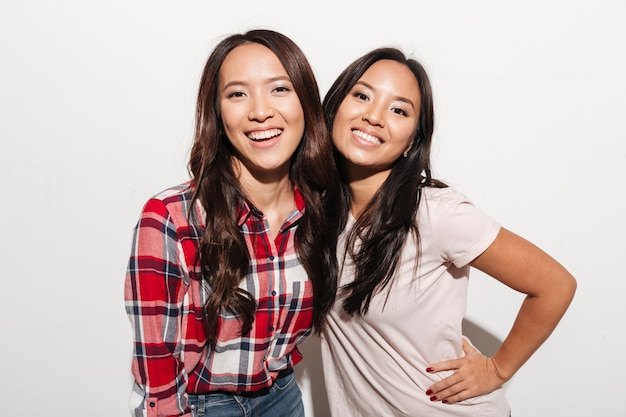 Deux soeurs asiatiques assez gaies