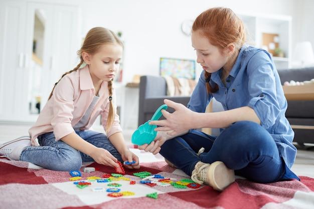 Deux soeurs jouant ensemble