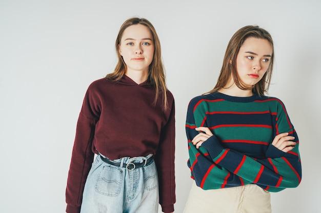 Deux soeurs jumelles belles filles hipsters en vêtements décontractés