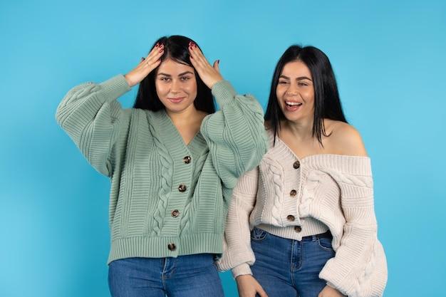 Deux soeurs jumelles dans les mêmes vêtements ont surpris rire
