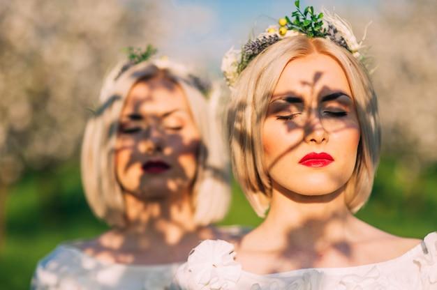 Deux soeurs jumelles dans un verger de cerisiers