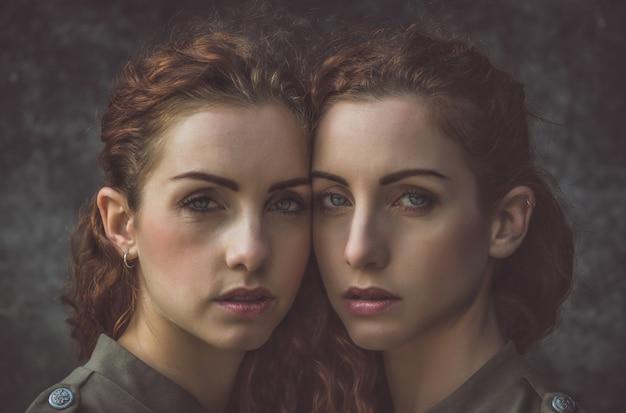 Deux soeurs jumelles passent du temps ensemble