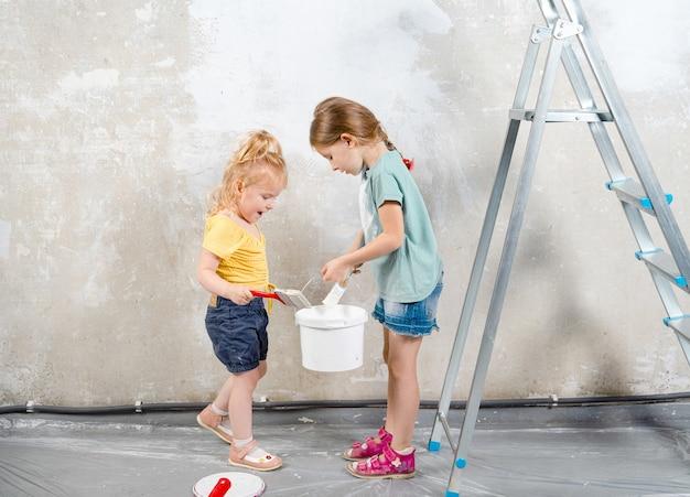 Deux soeurs avec des outils de peinture