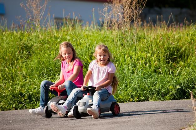 Deux soeurs avec de petites voitures