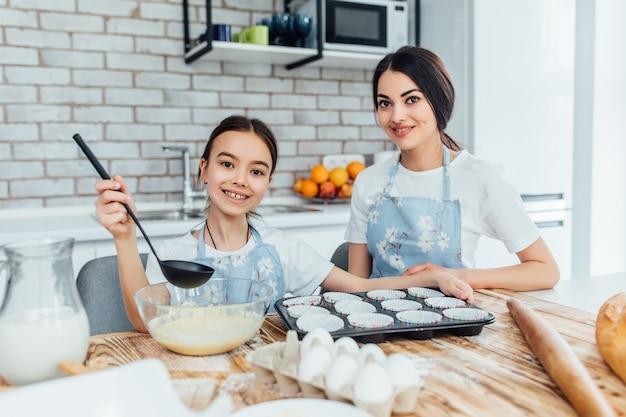 Deux soeurs prêtes à cuire des cupcakes