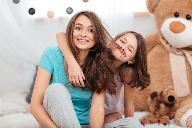 Deux soeurs s'amusant ensemble dans la chambre des enfants