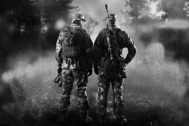 Deux soldats d'une unité spéciale se tiennent dans une forêt enfumée. technique mixte