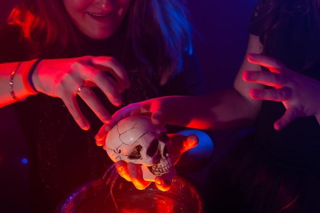 Deux sorcières d'halloween faisant de la magie dans les vacances magiques de la nuit d'halloween et le concept mystique