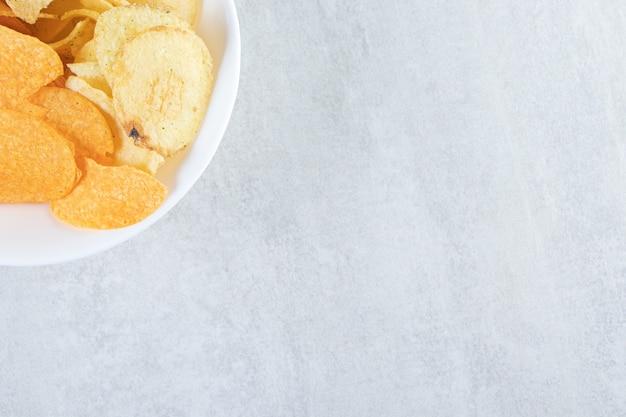 Deux sortes de délicieuses chips croustillantes sur pierre.