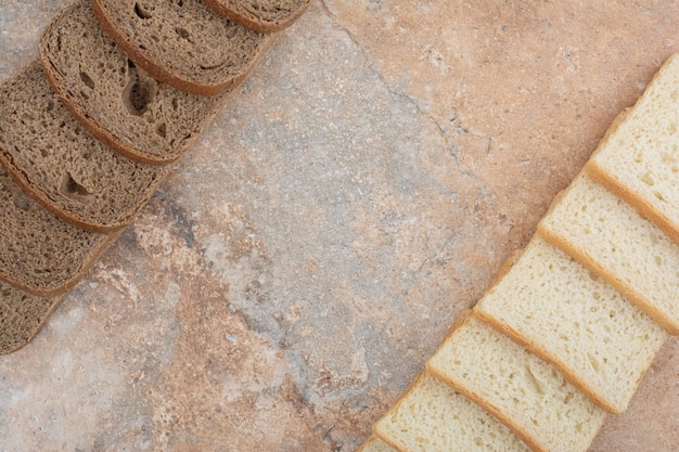 Deux sortes de pain grillé sur fond de marbre