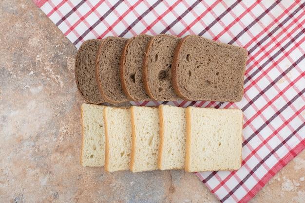 Deux sortes de pain grillé sur nappe
